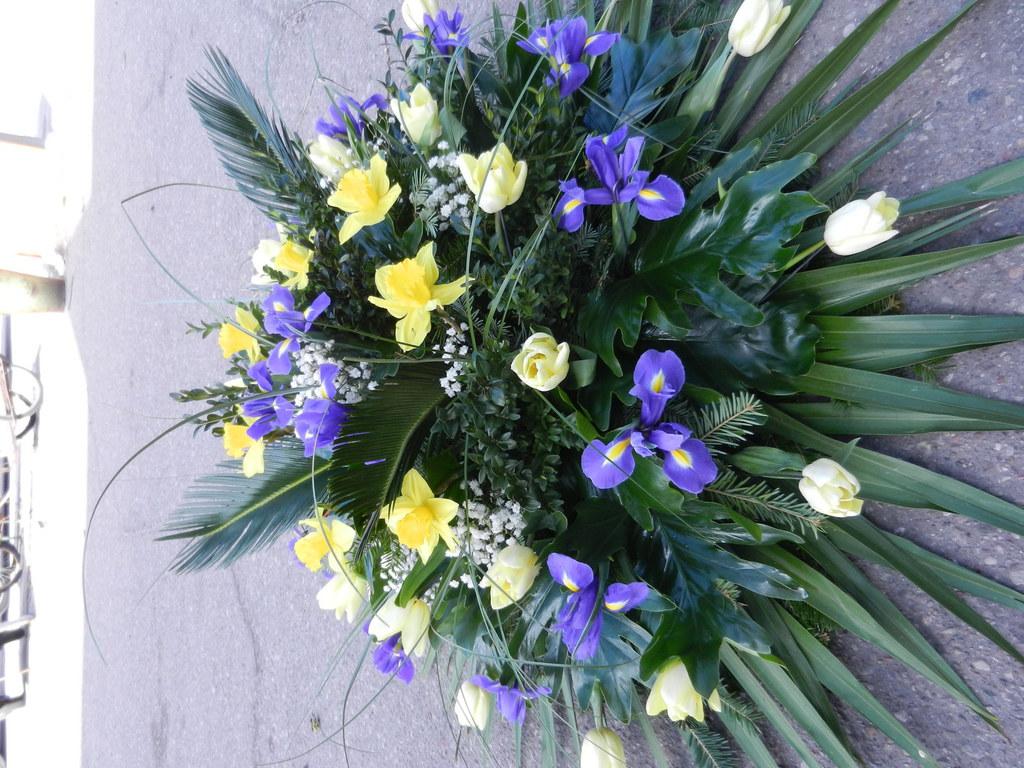 Duży wieniec pogrzebowy z żółtych tulipanów i fioletowych irysów