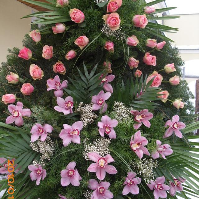 Pogrzebowy wieniec z różowymi różami