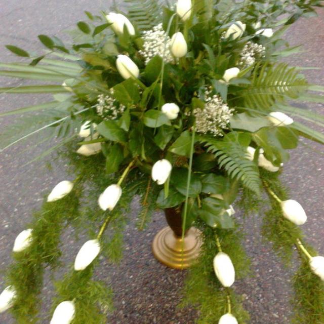 białe tulipany w wiązance pogrzebowej