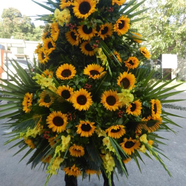 Duży wieniec pogrzebowy ze słoneczników