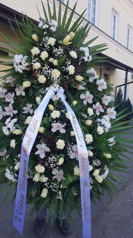 biały wieniec pogrzebowy