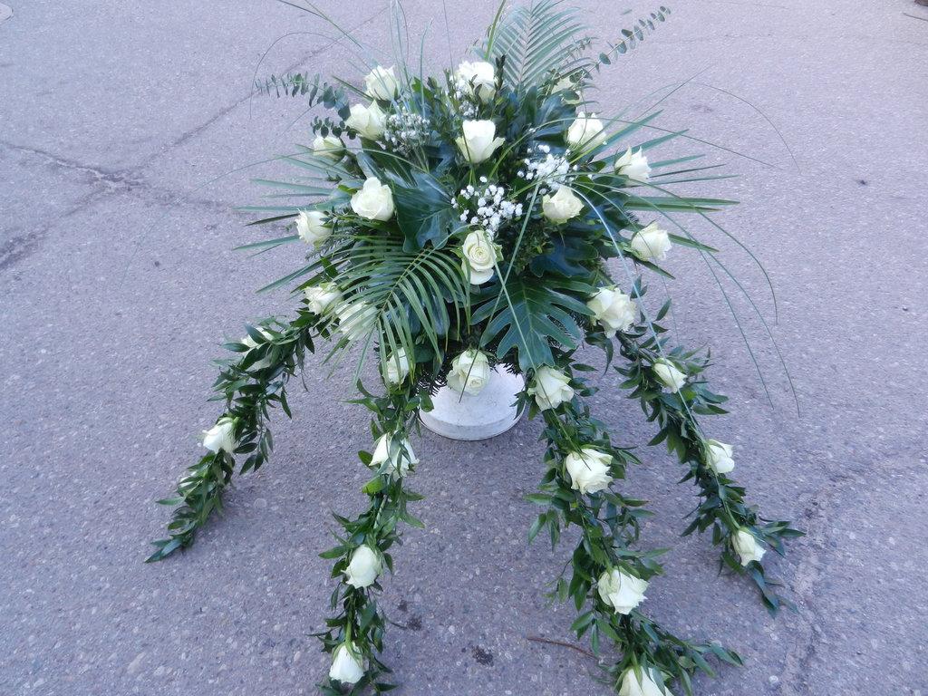 Białe róże w nietypowej kompozycji pogrzebowej