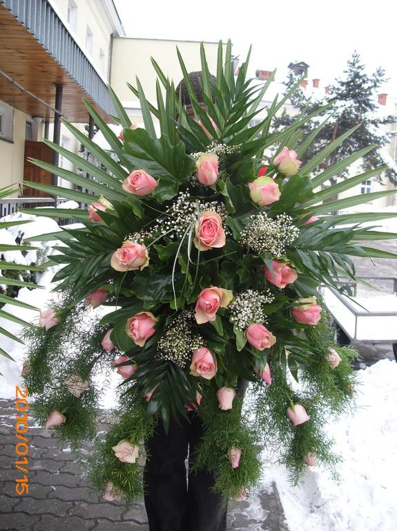 Różowej róże w wiązance pogrzebowej