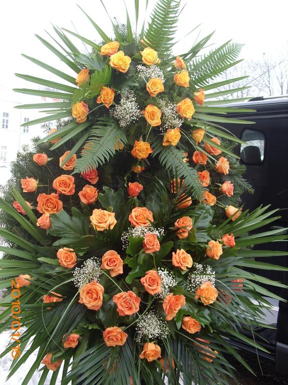 Wieniec ze stu pomarańczowych róż