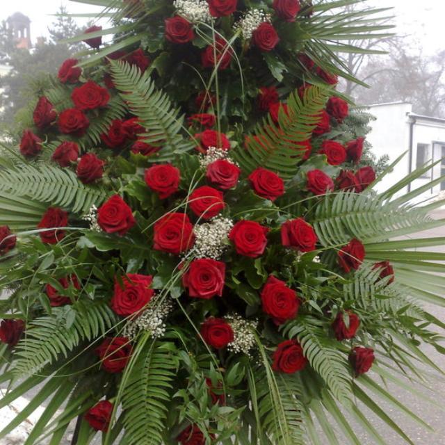 Duży wieniec pogrzebowy z róż czerwonych