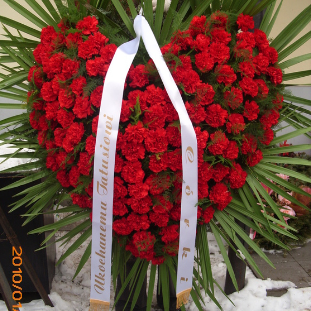 Przepiękne duże serce z czerwonych róż w wieńcu pogrzebowym