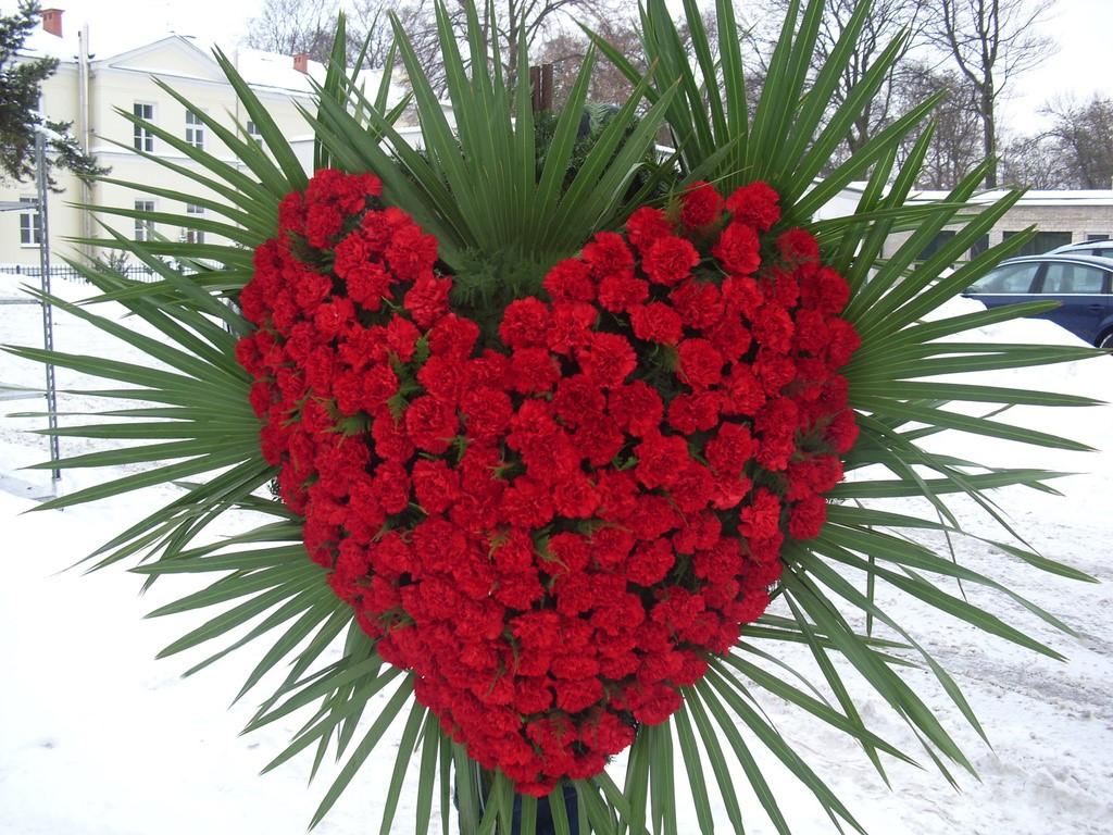 Przepiękny wieniec pogrzebowy w kształcie serca