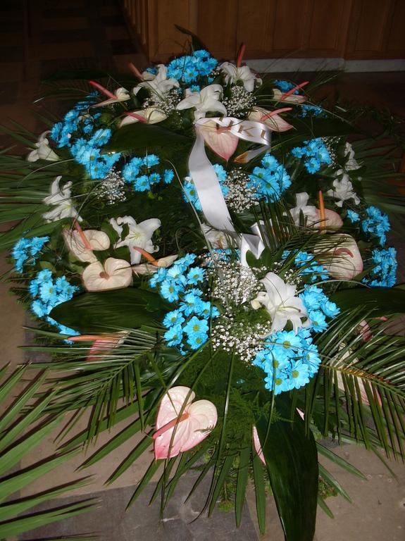 Pogrzebowe białe lilie z margaretkami