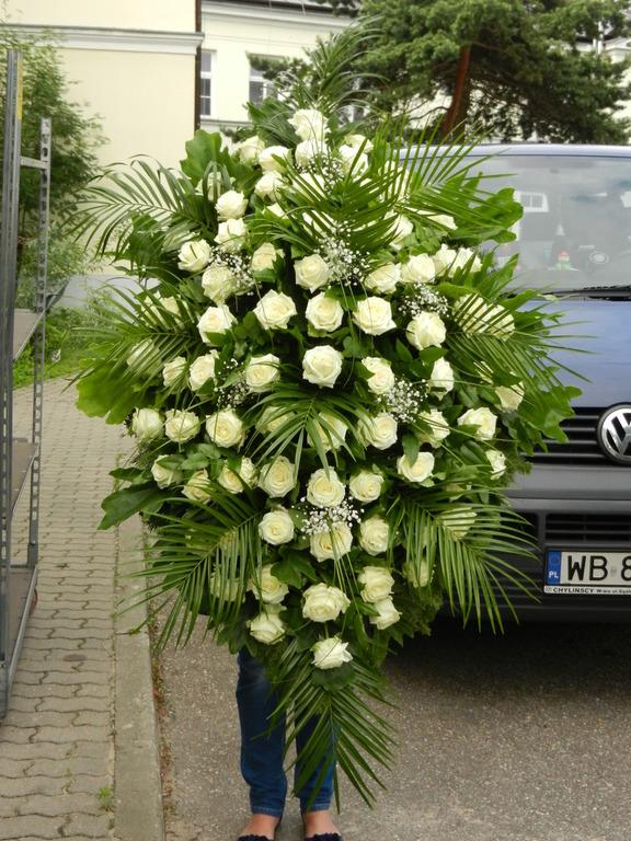 Duży wieniec z białymi różami