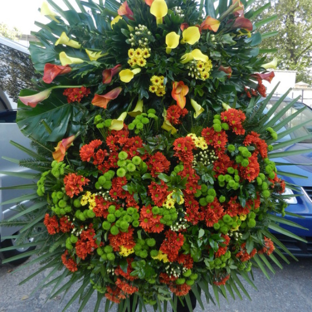 Kolorowy wieniec z żywymi kwiatkami