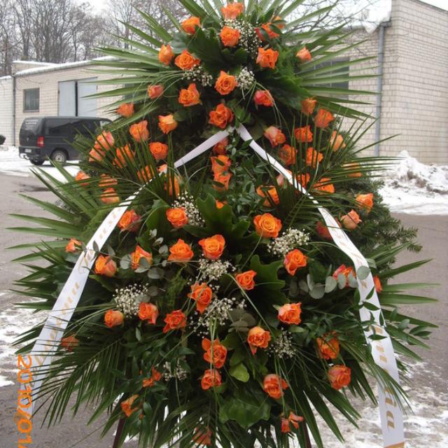 Wysoki wieniec z pomarańczowymi różami