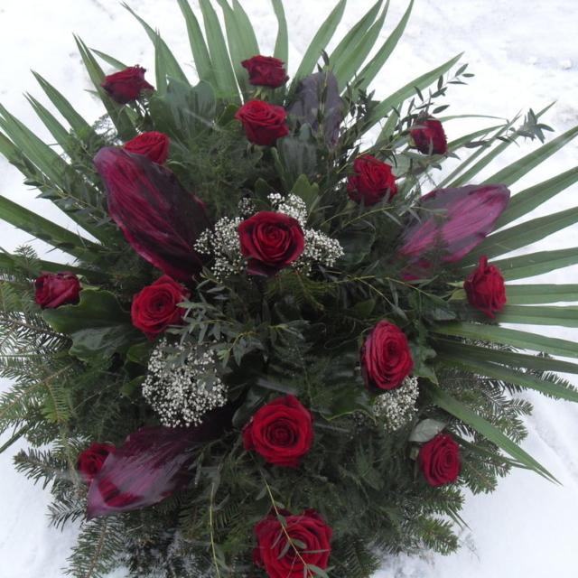 Wiązanka pogrzebowa z czerwonymi różami