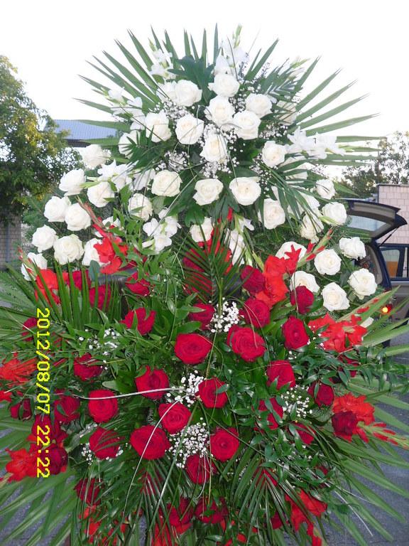 Biało czerwony wieniec pogrzebowy