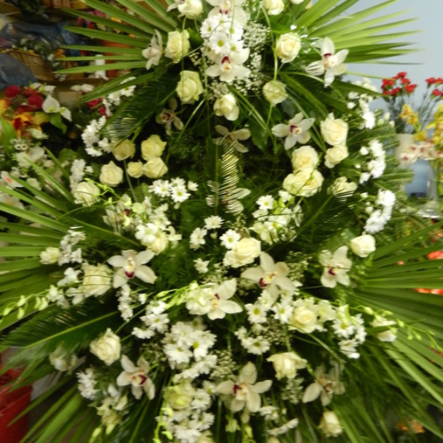 Wiązanka z kremowymi kwiatami